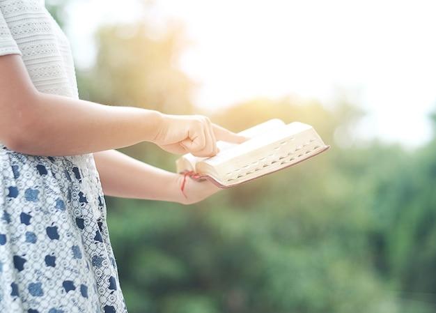 La femme lit la bible. Photo Premium
