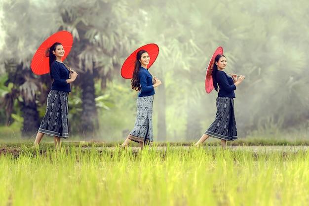 Femme locale asiatique, debout, à, parapluie rouge, dans, rizière, sakonnakhon, thaïlande Photo Premium
