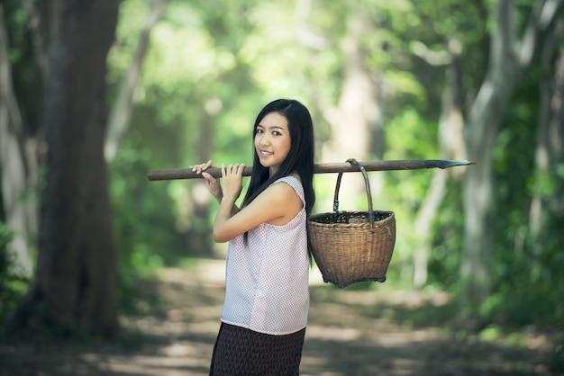 Femme locale thaïlandaise travaillant en thaïlande Photo Premium