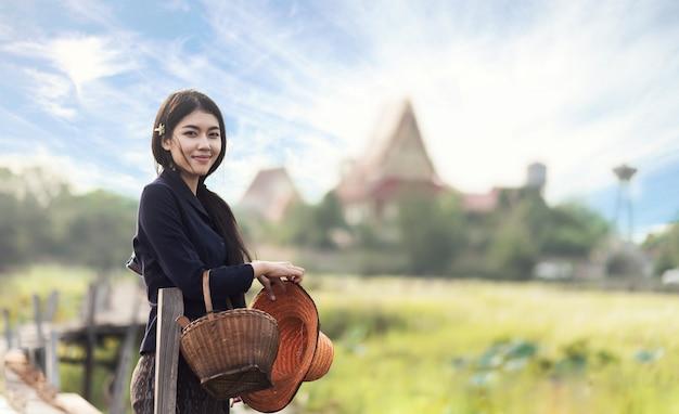 Femme locale thaïlandaise travaillant Photo Premium