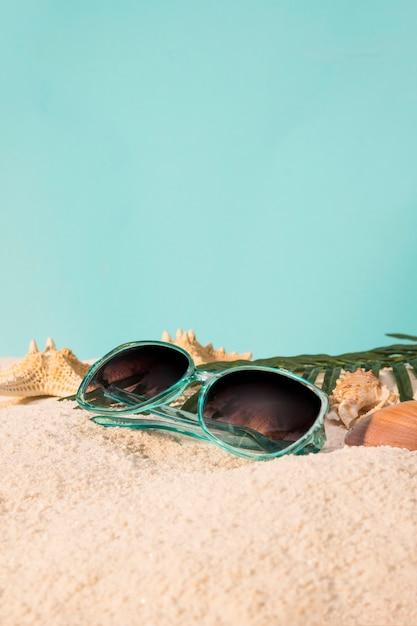 Femme lunettes de soleil sur la plage Photo gratuit