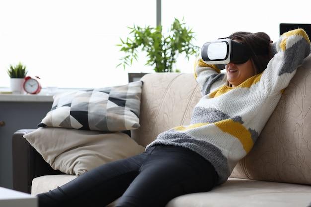 Femme à Lunettes Virtuelles Assis Sur Le Canapé Photo Premium