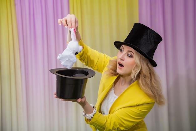 Femme magicien montre des tours Photo Premium