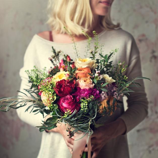 Femme, mains, beau, bouquet fleurs Photo Premium