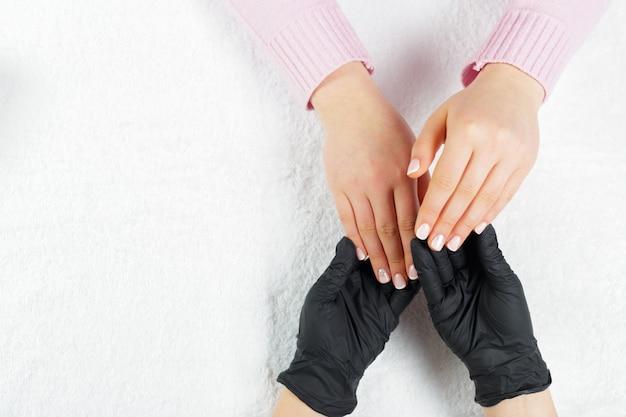 Femme mains recevant une manucure dans un salon de beauté Photo Premium