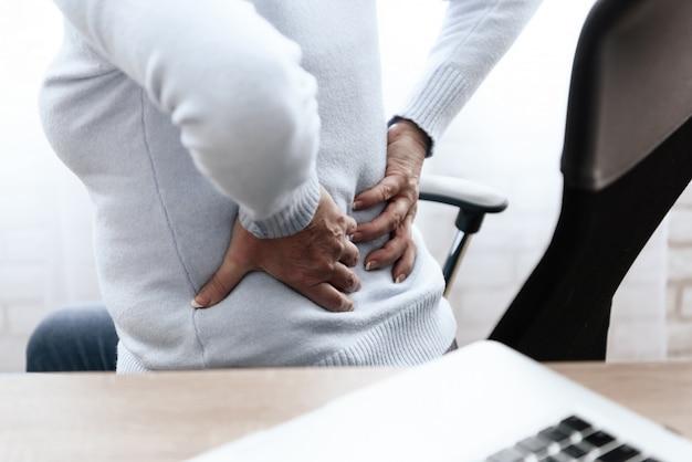 La femme a mal au dos. elle se sent mal. Photo Premium