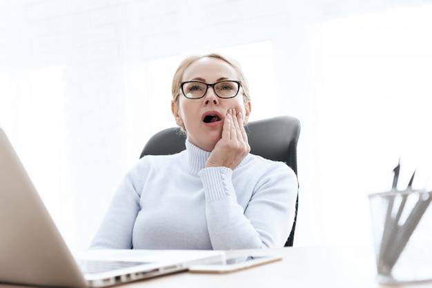 La femme a mal aux dents. elle se sent mal. Photo Premium