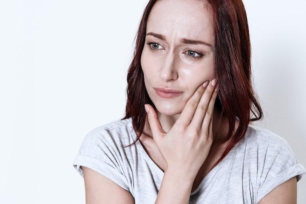 La femme a mal aux dents sur fond blanc Photo Premium