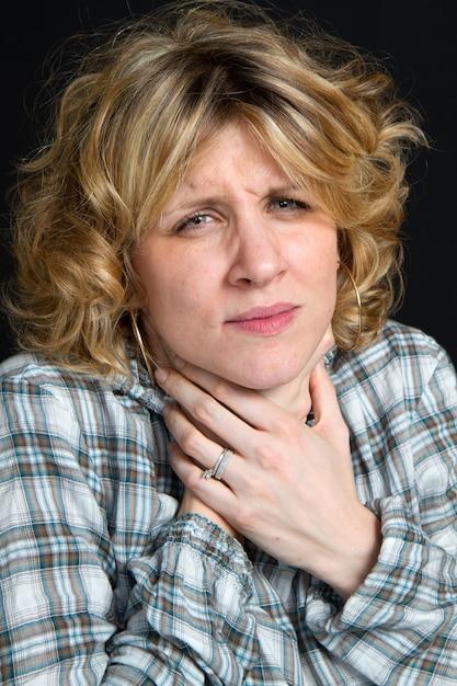 Une femme avec mal de gorge Photo Premium