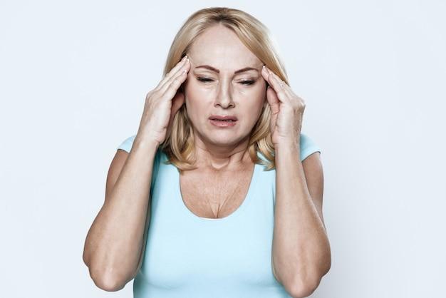 Une femme a mal à la tête en clinique. Photo Premium