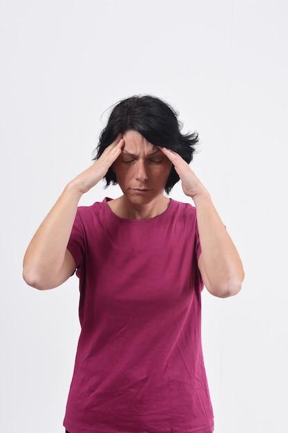 Femme avec mal de tête sur fond blanc Photo Premium