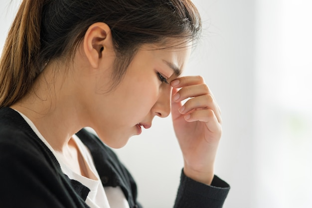 La Femme Malade Avait Mal à La Tête Et Posa Sa Main Sur Son Nez Sur Le Lit. Photo gratuit