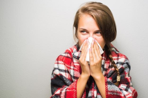 Femme Malade En Essuyant Un Nez Photo Premium