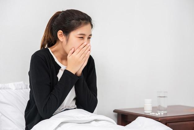 Une Femme Malade Avec Un Mal De Dents Et Une Main Tenant Sur La Joue Photo gratuit
