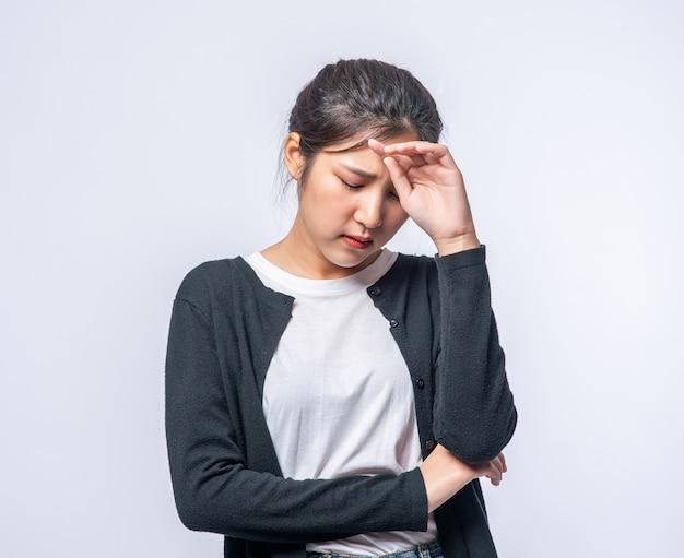 Une Femme Malade Avec Un Mal De Tête Et A Mis Sa Main Sur Sa Tête Photo gratuit