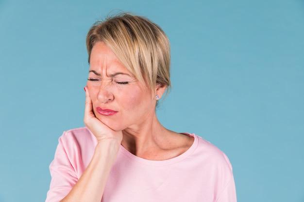 Femme malade mécontente ayant mal aux dents et se touchant la joue Photo gratuit