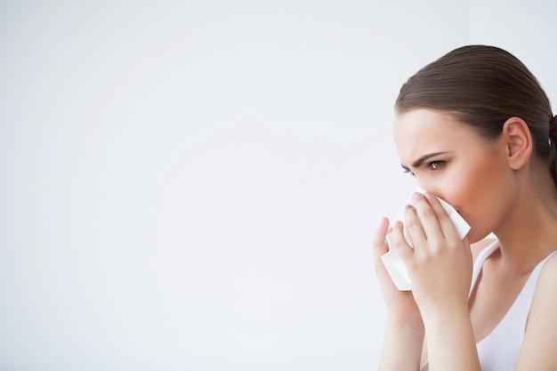 Femme malade utilisant un mouchoir en papier, problème de coiffe Photo Premium