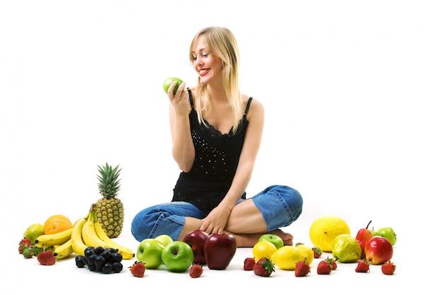 Femme mange une pomme verte Photo Premium