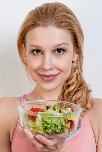 Femme mangeant une salade de laitue Photo gratuit