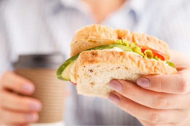 Femme, Manger, Blé Entier, Sandwich, Sauce, Pain, Pendant, Déjeuner Photo Premium