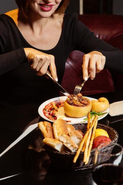 Femme, Manger, Cuit Cuit Fourré, à, Raisins Secs, Carotte, Et, Viande Photo gratuit