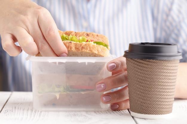 Femme, Manger, Saumon, Panini, Sandwich, Tomates, Fromage, Travail Photo Premium