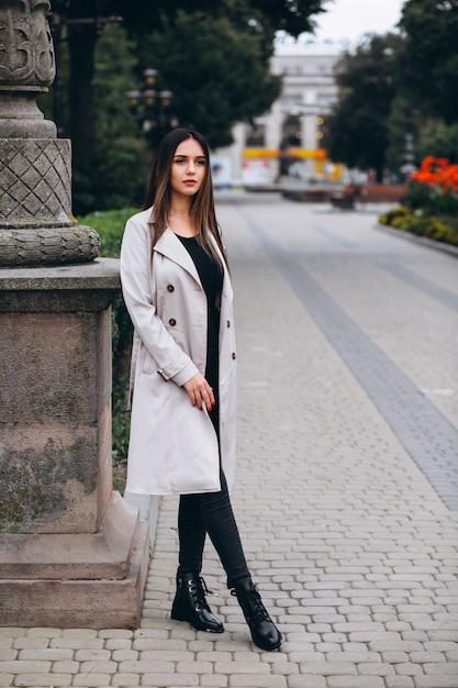 Femme en manteau dans la rue Photo gratuit