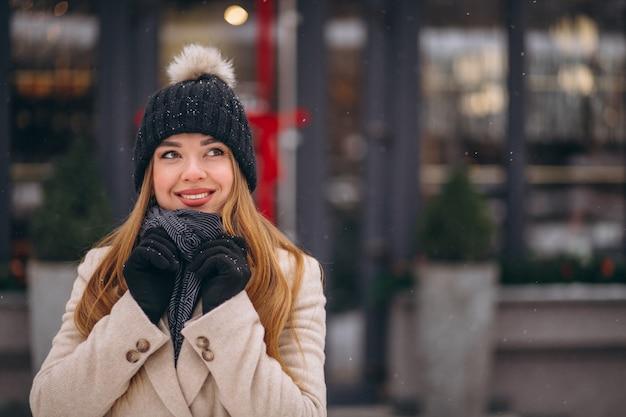 Femme, manteau, debout, dehors, café, rue d'hiver Photo gratuit