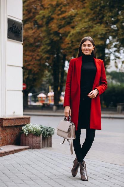 Femme en manteau rouge Photo gratuit