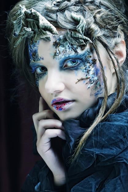 Femme Avec Maquillage Créatif. Thème D'halloween. Photo Premium