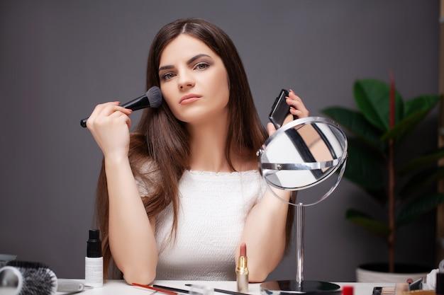 Femme, Maquillage, Maison, Devant, Miroir Photo Premium
