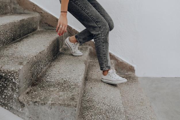 Femme marchant dans les escaliers Photo gratuit