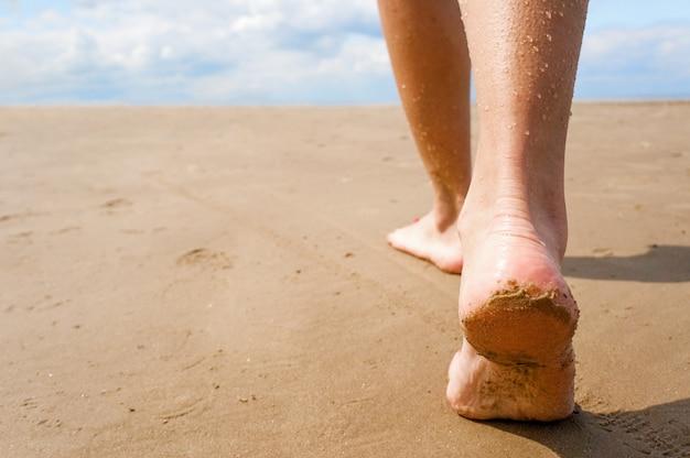 Femme marchant sur la plage. Photo Premium