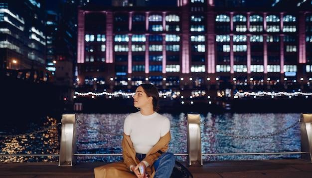 Femme marchant près de la rivière chicago Photo gratuit