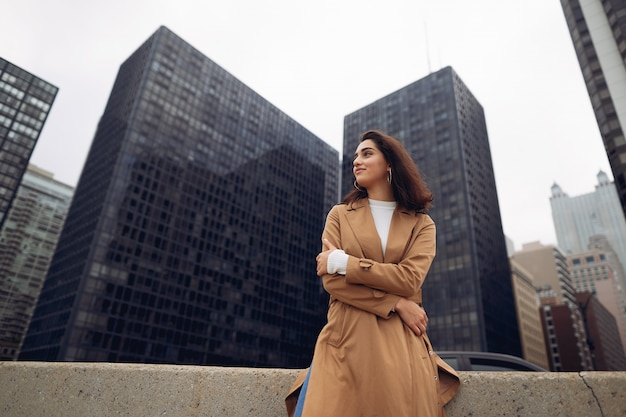 Femme marche dans les rues de chicago Photo gratuit