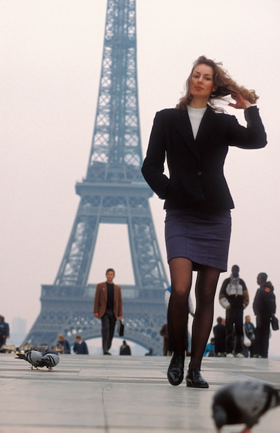 Femme, marche, tour eiffel, paris, france Photo Premium