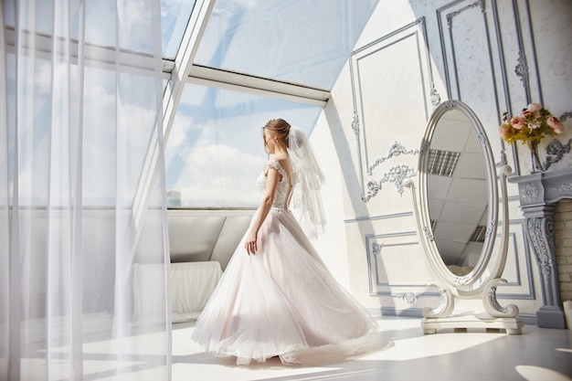 Femme Mariée Matin En Robe De Mariée En Attente Marié Photo Premium
