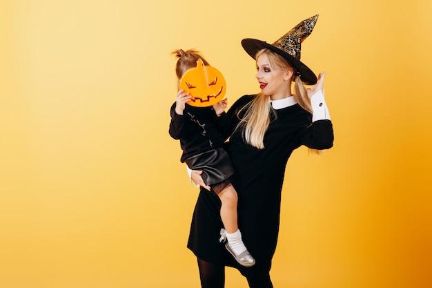 Femme, mascarade, robe, chapeau, pose, jaune, tenue, petite fille Photo Premium