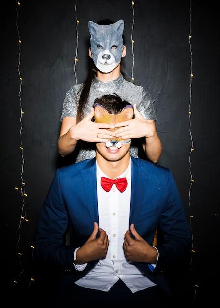 Femme, masque chat, fermer, yeux, homme, masque renard Photo gratuit