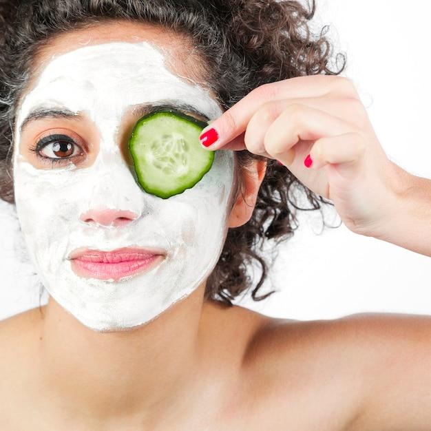 Femme, masque facial, application, tranche concombre, sur, oeil Photo gratuit