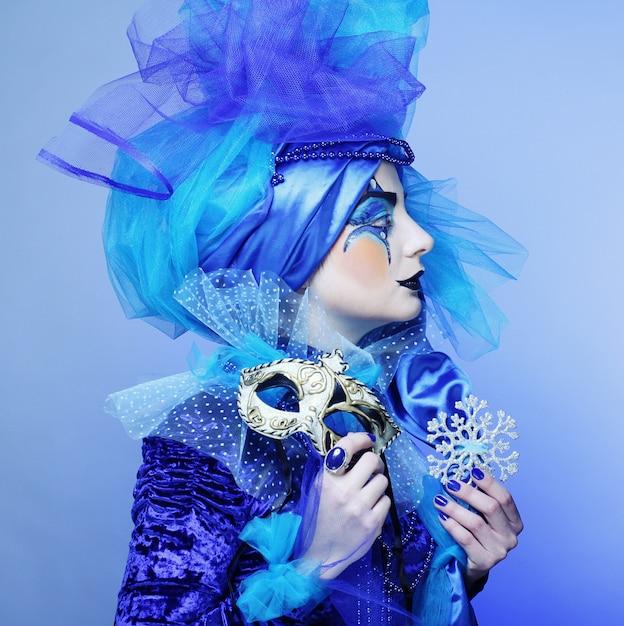 Femme avec masque en maquillage théâtral créatif Photo Premium