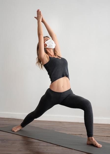 Femme Avec Masque Médical, Faire Du Yoga Photo gratuit
