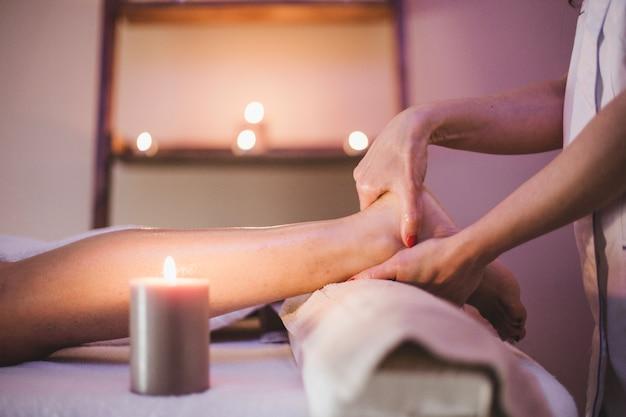 Femme massage des pieds du client Photo gratuit