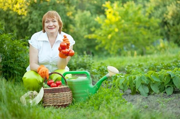 Femme mature dans le jardin Photo gratuit