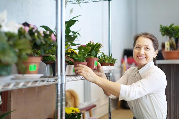Femme mature avec plante de schlumbergera Photo gratuit
