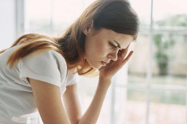Femme De Maux De Tête à La Maison Problèmes Intérieurs Trouble De La Solitude Migraine Photo Premium