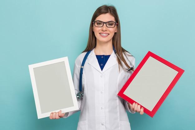Femme Médecin Brune à Lunettes Avec Montures Photo Premium