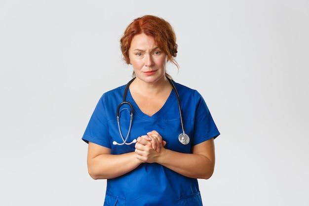Une Femme Médecin Compatissante Et Inquiète, Une Travailleuse Médicale Joignent Les Mains Et Supplient Les Gens De Rester à La Maison, De Rester à Distance Et De Porter Des Masques Photo gratuit