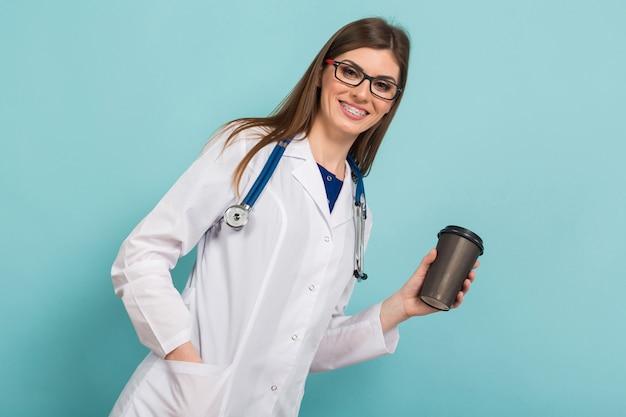 Femme médecin dans des verres avec une tasse de café Photo Premium
