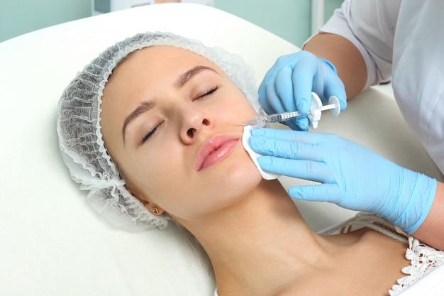 Femme médecin donnant des injections de botox. Photo Premium